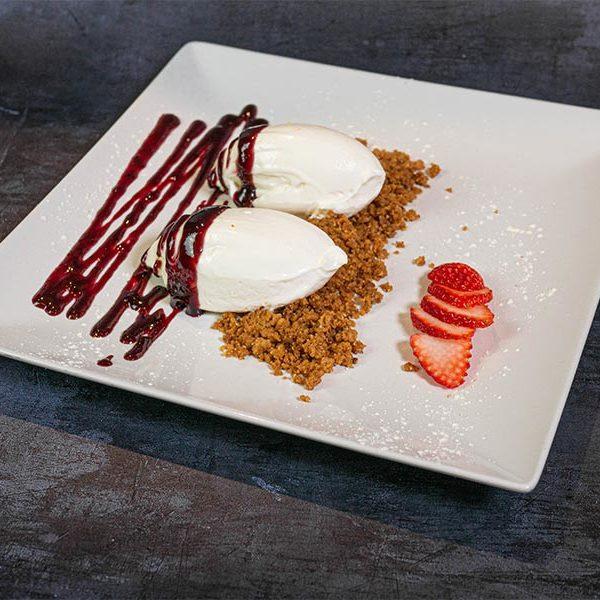 Tarta de queso sobre tierra de avellanas y frutos rojos | Restaurante asturiano Couzapín